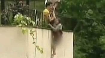 Video : Shrieking, she was rescued from floods