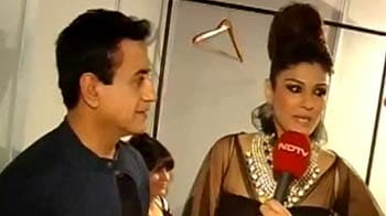 Video : Bejewelled Raveena walks the ramp