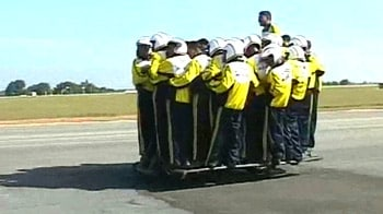 Video : 54 Army stunt riders on one bike