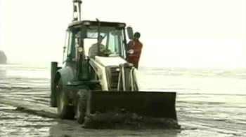 Video : Mumbai Oil Spill: Beach clean-up begins