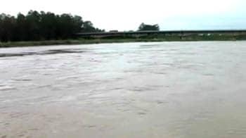 Video : Delhi-Lucknow highway gets flooded, traffic comes to a halt