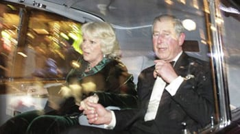 Video : Charles and Camilla attacked in their Rolls