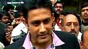 Videos : कुंबले ने गोद लिया कोबरा