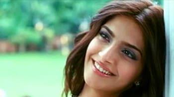 Video : Aisha special: Sonam Kapoor turns host for FNL