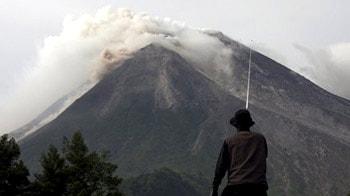 Video : Tsunami, volcano hit Indonesia, over 100 dead