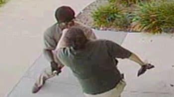 Video : Man uses stun gun to rob ATM user