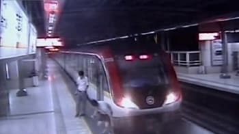 Video : For fame, man films jump onto train track