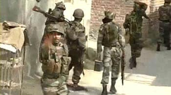 Video : Gunbattle rages outside Srinagar