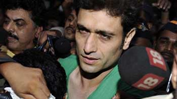 Video : Rape-accused Shiney Ahuja in police custody