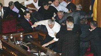 Video : Shoes, chairs flung in Parliament
