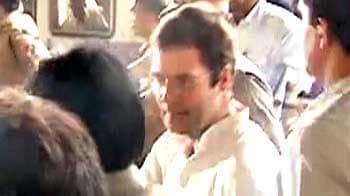 Video : Rahul snubs Sena, takes Mumbai local