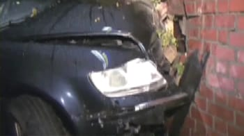 Video : Car crashes into living room