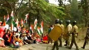 Video : Darjeeling tense: Police fire on protesters