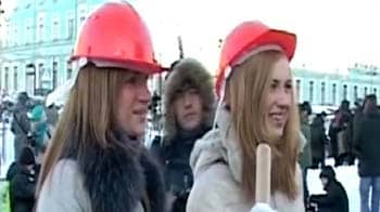 Video : Clean up snow, demand young Russian beauties