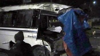 Videos : नोएडा में ट्रक-बस की भिड़ंत, 1 की मौत