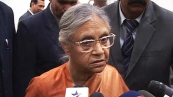 Video : Sheila Dikshit meets murdered college girl's family, assures justice