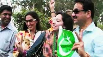 Video : Enter Pakistani fans with flags, prayers for Afridi