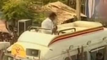 Video : DMDK chief Vijayakanth assaults party worker