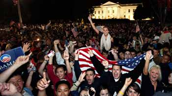 Video : Crowd outside White House erupts in cheers