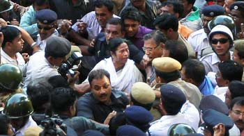Video : Mamata walks to Writers' Building