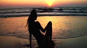Video : Sarah-Jayne enjoys the sunset on the beach