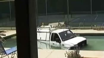Video : Truck plunges into community swimming pool