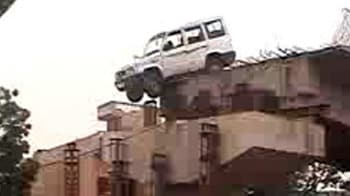 Video : अधूरे फ्लाईओवर से लटकी गाड़ी...
