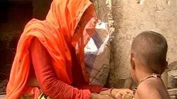 Video : Carrying a child and burden of water