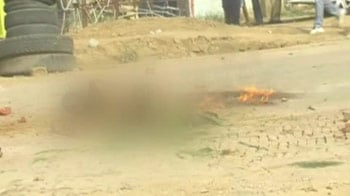 Video : Man set on fire, Gurgaon police watches
