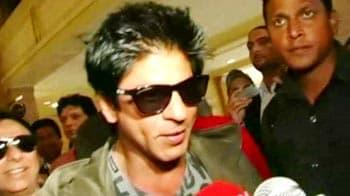 Video : SRK reaches Toronto