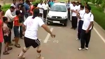 Video : A man who pulls car with his beard