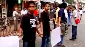Video : Mumbai stands by blast victims: Human chain from Opera House to Zaveri Bazaar