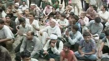 Video : Anna supporters gathering outside Tihar since morning