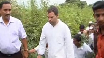 Video : Rahul Gandhi visits farmers' homes in Maharashtra