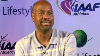 Videos : स्कूली बच्चों के बीच माइक पॉवेल