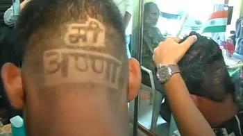 Videos : सिर पर लिखवाया 'मी अण्णा'