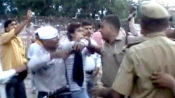 Video : Cops beat up Anna's supporters in Uttar Pradesh