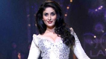 Video : Kareena walks the ramp for Manish Malhotra