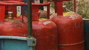 Videos : पेट्रोल के बाद अब रसोई गैस रुलाएगी
