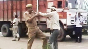Video : Truck driver refuses to pay bribe, beaten to death