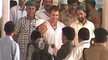 Video : Rahul in Kashmir, makes surprise visit to Hazratbal