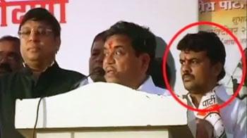 Video : गैंगस्टर के साथ नजर आए महाराष्ट्र के गृहमंत्री