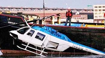 Video : 'A helicopter's down! Someone call 911!'
