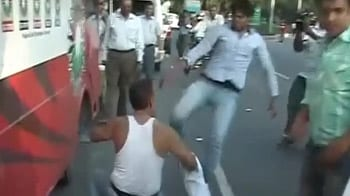 Video : Anna supporters beaten up by Sri Ram Sene activists