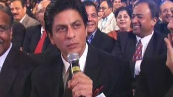 Video : NDTV awards: SRK sings to Priyanka Chopra