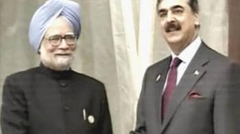 Video : Manmohan Singh meets Gilani in Bhutan