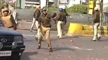 Video : Lucknow: Protesting govt staff lathi-charged