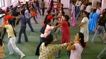 Video : Women learn self defence