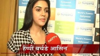 Video : Asin celebrates her birthday with fans