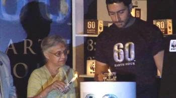 Video : Abhishek snubbed during Earth Hour?